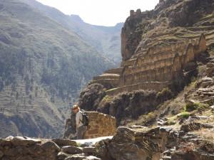Saskia en las ruinas de Pinkuylluna - Ollantaytambo - Parú